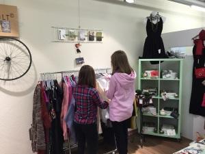 2 Jugendliche betrachten Kleider