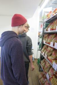 2 Jugendliche im Caritas Markt